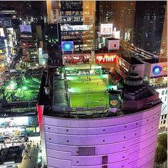 Niezwykłe boisko piłkarskie na dachu budynku mieszkalnego • Niespotykane pole do gry w Japonii • Wejdź i zobacz wesoły obrazek >> #football #soccer #sports #pilkanozna #funny