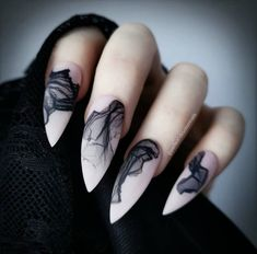 False nails have the advantage of offering a manicure worthy of the most advanced backstage and to hold longer than a simple nail polish. The problem is how to remove them without damaging your nails. Goth Nails, Witchy Nails, Goth Nail Art, Grunge Nails, Halloween Nail Designs, Halloween Nails, Halloween 2020, Diy Halloween, Halloween Recipe