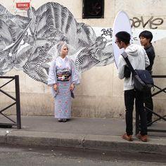 """""""【着物】 パリで。 グラフティーの前で撮影。 モデルはイタリア人のセレ ヘアはSuguruくん、メイクはYusakuくん。 撮影は Mari Horiuchi メイキング わたしのiPhone  #kimono #キモノ #着物 #きもの #yumi_kimono #yamamotoyumi #やまもとゆみ…"""""""