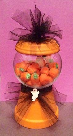 DIY Halloween Gumball Machine / Candy Dish Flower Pot Crafts, Clay Pot Crafts, Flower Pots, Diy Crafts, Halloween Projects, Diy Halloween, Diy Gumball Machine, Fall Things, Candy Jars
