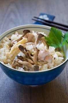 setas shimeji y el pollo se cocinan en el arroz con sabor a dashi.  Tiene un gran sabor y se puede comer shimeji Gohan por sí mismo sin ningún tipo de platos!  El uso de arroz pegajoso hace que la textura del arroz tan especial.