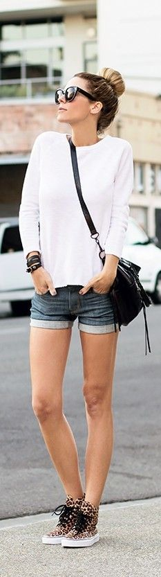 Street style | White sweater, denim shorts and animal prints sneakers