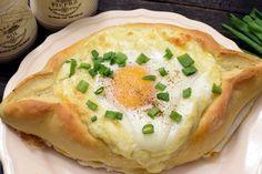 Chaczapuri?? Wygląda na to, że mało światowa jestem, gdyż dopiero niedawno pierwszy raz spotkałam się z takim nazewnictwem. Dziś jednak jestem bogatsza... zwłaszcza jeśli chodzi o doznania smakowe:) Dla Gruzinów chaczapuri znaczy tyle co chleb z serem;) Dla mnie to po prostu drożdżowe łódeczki z mik Polish Recipes, Antipasto, Camembert Cheese, Mashed Potatoes, Good Food, Food And Drink, Appetizers, Eggs, Bread