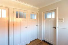 Jaren30woningen.nl | Reeks #paneeldeuren in #jaren30 woning Old Doors, Sweet Home, New Homes, Art Deco, Stairs, Home And Garden, Windows, Interior, Inspiration