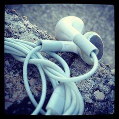 Me gusta mucho la música. Me encanta cuando me pongo los auriculares y escucho la música, el mundo que me rodea desaparece y no ocurre nada.