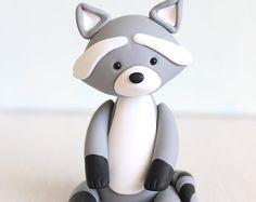 Waschbär Clay Cake Topper und Andenken - ideal für Wald Thema Babyparty oder erster Geburtstag, Baby Tier Polymer Tonfigur ornament