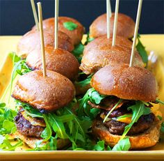 Mini burgers with cheese and bacon / Mini hamburguesas con queso y tocino