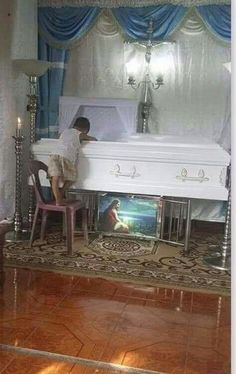 Very sad, this boy lost his mother and did not take off for a moment from the coffin. Coffin, In This Moment, Boys, Places, 5 Year Olds, Hand Embroidery Patterns, Fotografia, Baby Boys, Senior Boys