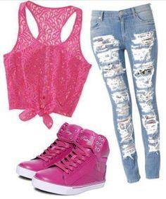 Una combinacion realmente sexi, camisa con transparencia, pantalon rasgado y bontes rosa, realmente a cualquier mujeres se le veria bien(siempre y cuando tenga buen cuerpo.)