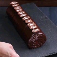 Cake Roll Recipes, Fun Baking Recipes, Homemade Cake Recipes, Meal Recipes, Chocolate Swiss Roll Recipe, Chocolate Roll Cake, Swiss Chocolate, Easy Desserts, Delicious Desserts