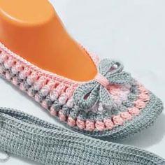 Haak schattige popcorn babette laarsjes maken How should the right shoe choice be? Crochet Slipper Boots, Crochet Baby Boots, Knitted Slippers, Crochet Slippers, Love Crochet, Double Crochet, Crochet Hats, Crochet Mandala Pattern, Crochet Stitches Patterns