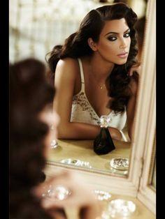 Maquillaje ahumado y sexy de Kim Kardashian que opta por añadir un fuerte delineado también inferior que no escapa a la sensualidad de sus pestañas tan largas y espesas.