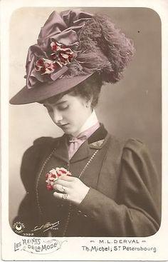 Chiếc mũ được trang trí cầu kì bằng hoa lụa , lông vũ,...luôn là phụ kiện không thể thiếu của những phụ nữ giàu có.