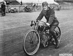"1920 Daytona Beach Leslie ""Red"" Parkhurst on Harley Davidson 167 km/h American Motorcycles, Racing Motorcycles, Motorcycle Bike, Valentino Rossi, Vintage Bikes, Vintage Motorcycles, Harley Davidson History, Flat Track Racing, Bike Engine"