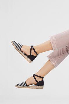 Szczegóły:  -Zarówno do miasta, jak i na plażę: espadryle są znakomite do Twoich letnich stylizacji! -Lekka podeszwa z łyka i modny wzór w paski podkreślają letni i miejski styl tych wygodnych butów.  -Wyjątkowy model: chodzi o sandały z zabudowaną partią pięty i skrzyżowanymi paskami z płótna.