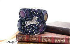 Bracelet licorne,  manchette en bead embroidery, licorne en plaqué argent, broderie de perles, teal, cabochons multichromes, heroic fantasy