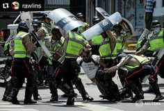 Fotos de @rawlins Desmedida represión #ccs #caracas #caracascamina A demonstrator is arrested by riot police while rallying against Venezuela's President Nicolas Maduro's government in Caracas Venezuela April 10 2017. REUTERS/Carlos Garcia Rawlins