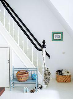 Het interieur uit ditdubbel benedenhuis uit 1890heeft een witte basis met allerlei kleurrijke verzamelingen. Deze persoonlijke spullen maken het huis een thuis. Styling: Marianne Luning Fotografie: Tjitske van Leeuwen Editie: vtwonen april 2012