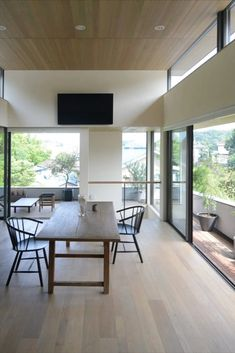 Aoy Design has designed a minimalistic home in Tokyo's beautiful nature, where Ejvind A. Johansson's iconic J64 chair is to find. #Fredericiafurniture #J64chair #home #residence #Nature #furniture #chair #moderndiningroom #scandinavianinterior #minimalistic Scandinavian Interior, Stools, Your Space, Chairs, Dining Room, Minimalist, Interior Design, Nature, Table
