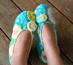 Sewing Clothes How to Make Fabric Slippers with Free Pattern Sewing Hacks, Sewing Tutorials, Sewing Crafts, Sewing Tips, Diy Crafts, Sewing Slippers, Sewing Patterns Free, Free Pattern, Pattern Fabric