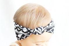 He encontrado este interesante anuncio de Etsy en https://www.etsy.com/es/listing/200115983/baby-turban-headband-aztec-knot-turban