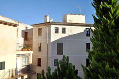 Gamla stan, Palma de Mallorca: Charmig lägenhet i Gamla stan i Palma. Lägenheten är på cirka 64 kvm och har två sovrum, ett badrum samt en samt ett vardagsrum med matplats för fyra personer. Den lilla terrassen med plats för två runt frukostbordet, har utsikt över trädgården på bakgården. Lägenheten behöver en större renovering men har potential att bli en riktig pärla.