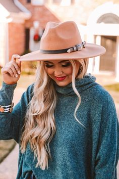 Take your look to new heights with our stylish camel colored 'Up For Adventure Fedora' featuring lightweight material, a wide stiff brim, and a black buckled accent strap! Senior Pics, Senior Portraits, Picture Poses, Picture Ideas, Professional Headshots Women, Cute Poses, Outfits With Hats, Wardrobe Ideas, Online Boutiques
