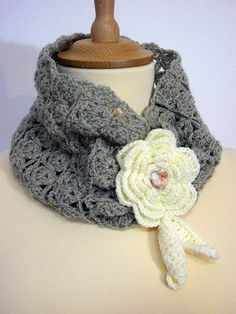 Neckwarmer closed with flowers and leaves  di PyrosePatch su Etsy