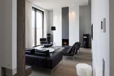 Salon et cheminée contemporaine dans les tons gris anthracite et blanc