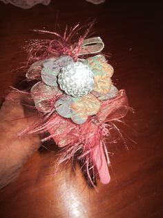 tiara plástica fina recoberta com tecido rosa e decorada com passamanaria floral