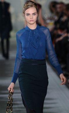 Синяя блузка, черная юбка: строго и стильно!