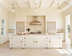 Chi ama le cucina dal design un po tradizionale troverà interessante questa soluzione. Ripiano in marmo molto spesso e ante con cerniere e maniglioni anni '60. Il tutto in un contesto moderno.