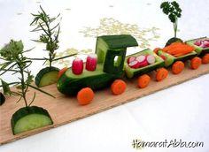Çocuklarınıza sevmediği sebze ve meyveleri farklı sunumlarla yedirmeyi deneyin, işte o farklı sunumlardan biri tren şeklinde salata....