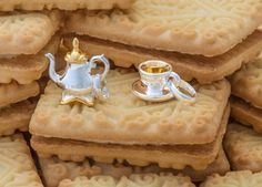 The classic Custard Cream keepsake is available in both striking sterling silver and luxe gold vermeil, both of which will make a delicious pairing with a teacup or teapot on your Sweetie bracelet. Tea Biscuits, Links Of London, Custard, Teacup, Tea Pots, Charms, Passion, Jewellery, Bracelet