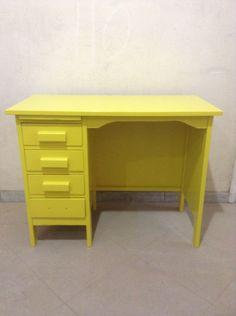 Escrivaninha de madeira laqueada em amarelo