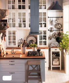 Pensamos que para incluir una isla o península en nuestra cocina necesitamos que esta sea de grandes dimensiones, pero no es así, con un buen diseño podemos incluir una isla incluso en una cocina de 9 m².