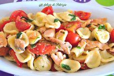 Orecchiette fresche con salmone, pomodorini e rucola Pasta Salad, Flora, Food And Drink, Ethnic Recipes, Aglio, Anna, Pizza, Facebook, Random