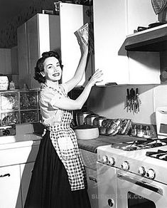 housewife with skirt and blouse - Casalinga anni 50 con gonna a ruota e camicetta Housewife Photos, Vintage Housewife, 1950s Housewife, Retro Images, Vintage Pictures, Vintage Love, Retro Vintage, Domestic Goddess, Retro Home