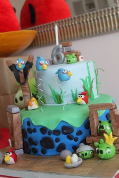 Cake at a Angry Birds Party #angrybirds #partycake @Michelle Flynn, dit gaan wij zooo een keer maken