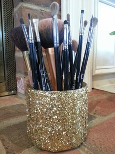 Look Easy DIY Makeup Brush Holder! Perfect for girly girls, and makeup lovers. Easy to make and customize. Perfect for girly girls, and makeup lovers. Easy to make and customize. Diy Makeup Organizer, Makeup Storage, Makeup Organization, Bathroom Organization, Beauty Organizer, Easy Diy Makeup, Diy Makeup Brush, Makeup Brush Holders, Makeup Brushes