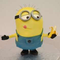 This Marvelous Minion Cake was made by Mike's Amazing Cakes. This Despicable Me cake is adorable. It great how the Minion has his tongue tilted to one side and his eyes staring expectantly ready to munch on the banana. Bolo Minion, Minion S, Minion Banana, Minions Love, Minion Party, Minion Cakes, Minion Food, Crazy Cakes, Fancy Cakes