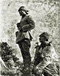 Kimsenin kafasını kaldıramadığı, m2'ye 6 bin kurşun yağan siperde ayakta dimdik düşmanı gözleyen Mustafa Kemal Atatürk. (Çanakkale Savaşı)