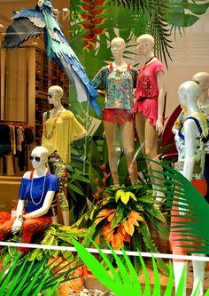 Resultado de imagem para vitrines de verão 2018 Visual Display, Display Design, True Shop, Paper Fruit, Textiles, Store Windows, Retail Design, Visual Merchandising, Affordable Fashion
