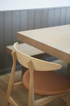 In 1957 ontwierp de Deense modernist Hans J Wegner de stoel CH33 voor Carl Hansen & Son, waar deze 10 jaar lang geproduceerd werd, om dan uit productie te zijn genomen. En nu dus, sinds 2012, terug in productie is. Deze stoel is typerend voor een Wegner ontwerp: eenvoud in…