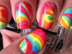Lleva todo el color del verano en tus uñas y luce una increíble y moderna manicura con esta diseño de uñas al agua.