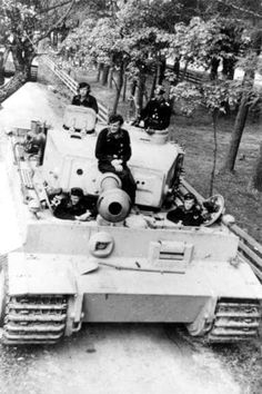 The crew of a Tiger 1 are off duty in a rear rest area.note the hull miunted machine is not in place confirming the tank is not in service Tiger Ii, German Soldier, German Army, Mg 34, Tank Armor, Military Armor, Ferdinand Porsche, Tiger Tank, Tank Destroyer