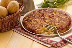 Il rosti è un piatto tipico svizzero a base di patate che vengono grattugiate e saltate in padella, facendo formare una croccante crosticina