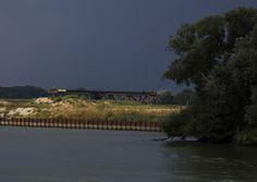 https://flic.kr/p/fQa8zQ | Leftover craneway from coal depot, Noorderkwartier Dordrecht | Ooit lang geleden waren hier bedrijvige scheepswerven. Hoorde je metaal op metaal, gesis van lasapparaten, rammelen van kettingen......     Deze kraanbaan werd in 1933 in samenwerking met de Limburgse Staatsmijnen gebouwd voor kolenoverslag. In 1947 werd het terrein gekocht en beheerd door de familie (Arie) Goedhart. De kraanbaan valt onder Industrieel Erfgoed.  .