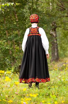 One of the first norwegian embroidered bunads was from Hallingdal and designed by Hulda Garborg in The bunad was made on the basis of the folk costume in the area. Traditional Fashion, Traditional Dresses, Norwegian Clothing, Folk Clothing, Folk Fashion, Folk Costume, Norway, Dress Up, People