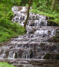 Szalajka-völgy. Ha igazi vadregényes barangolásra vágytok, és hazánk egyik legszebb vidékében akartok gyönyörködni, ezt a forrásokkal, patakokkal, barlangokkal tűzdelt völgyet semmiképpen ne hagyjátok ki. Itt található mindemellett az ország ritka természeti csodája, a Fátyol-vízesés is.